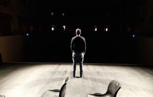 attore dei laboratori teatrali a Chiavari da solo sul palco